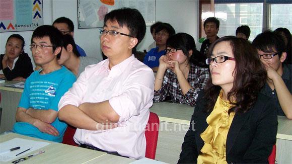 评委在对项目点评-计算机培训,Java培训学校,免费Java培训,大学生就业培训,平面设计培训,网页设计培训,美工培训,游戏开发,动画培训